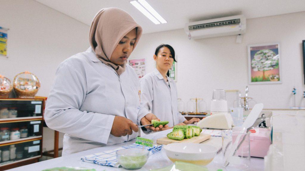 Adytya dan Felicia tengah mempraktekkan proses pembuatan fruit pulp pare