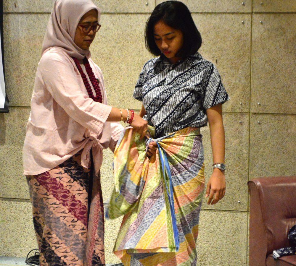 Anggota KCBI mencontohkan cara pemakaian kain secara praktis kepada mahasiswa