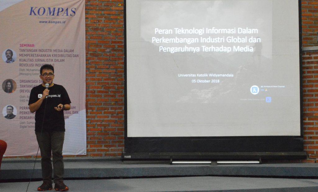 Sumpono Banuardi (Didit) dalam Kompas Saba Kampus di Auditorium Benedictus Kampus UKWMS Dinoyo, Jumat (5/10) lalu.