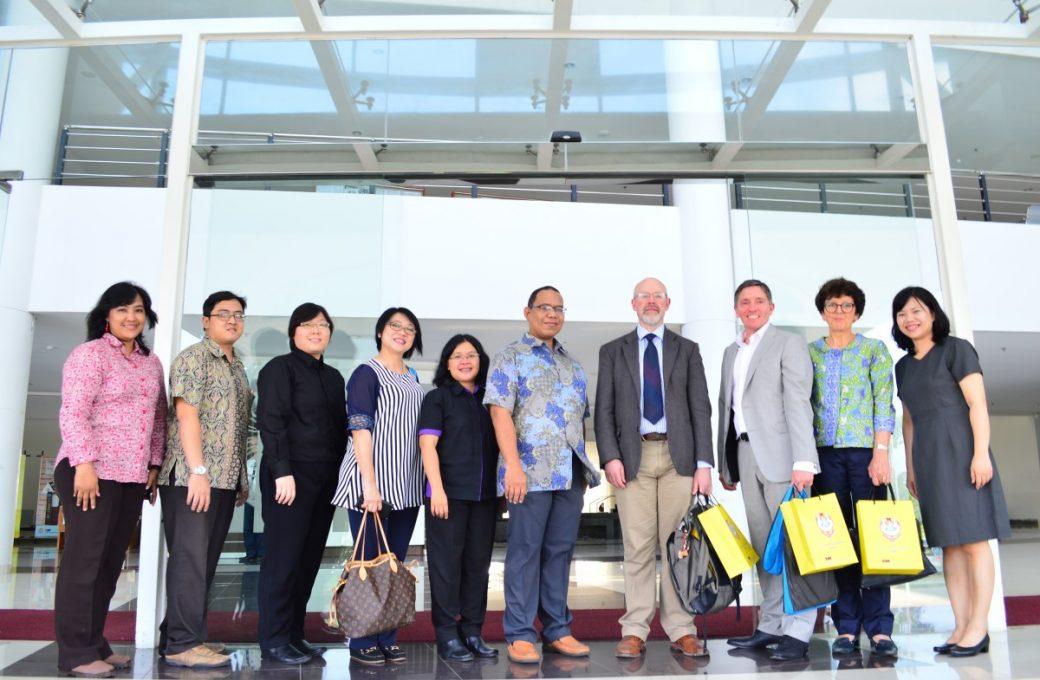 Delegasi Curtin University berfoto bersama dengan perwakilan UKWMS