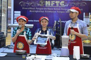 Ki-Ka Catharina Jenny, Alvina Handoyo dan Rexy Dwi Akbar menunjukkan hasil adonan kwetiau beras hitam