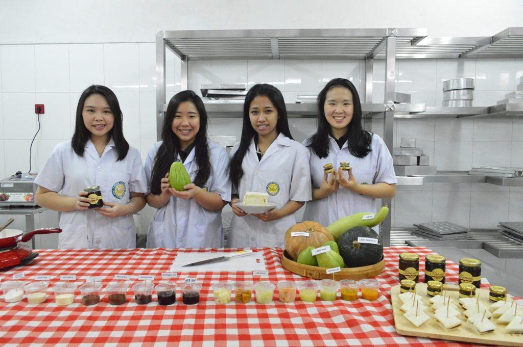 Ki-ka, Alvina Handoyo, Jane Nathania, Carolina Hendrianto dan Lovina Aprilia bersama karya inovasinya