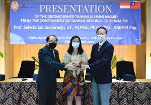 Ki-ka, Kuncoro Foe, Prof Felycia, dan Benson Lin berfoto bersama saat penyerahan penghargaan