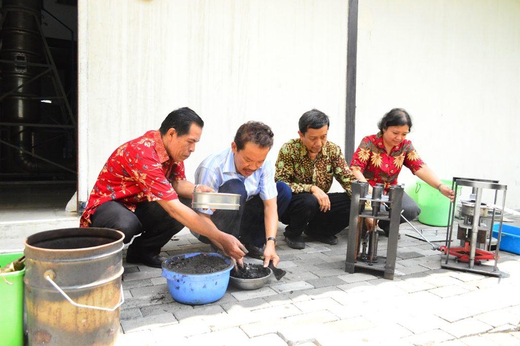 (Ki-ka) Tim Briket Sampah Organik, Suratno Lourentius, Setiyadi, Hadi Santosa dan Yuliati saat mendemonstrasikan pembuatan briket