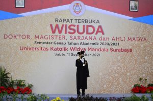 Kuncoro Foe Rektor UKWMS menyampaikan sambutan pada acara Wisuda Semester Genap