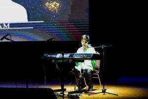 M. Hilbram penyandang tunanetra dari YPAB menampilkan dua lagu sembari memainkan alat musik piano