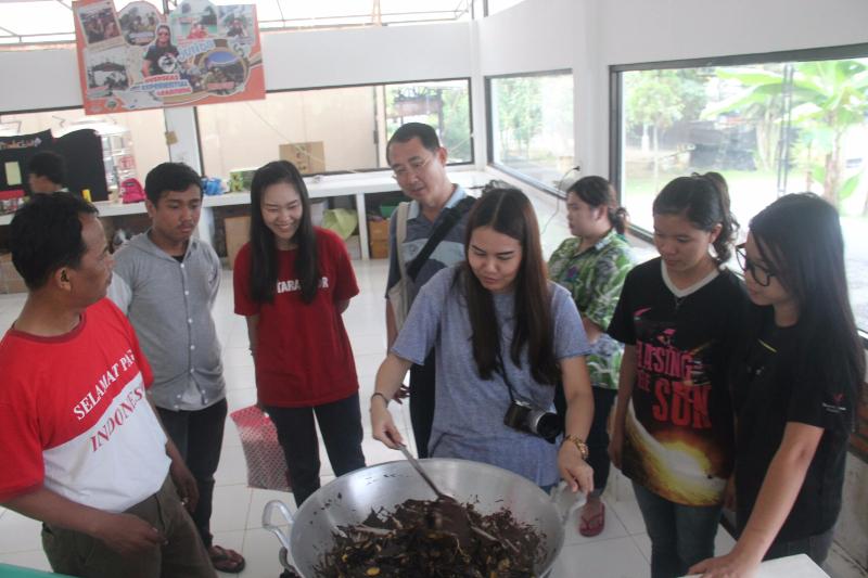 Mahasiswa student exchange dan dekan saat menerapkan  experiental learning dengan membuat choco banana