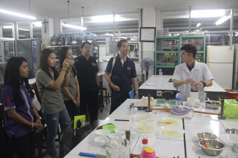 Mahasiswa student exchange , dekan, dan pendamping saat  melihat praktek pembuatan selai di FTP UKWMS