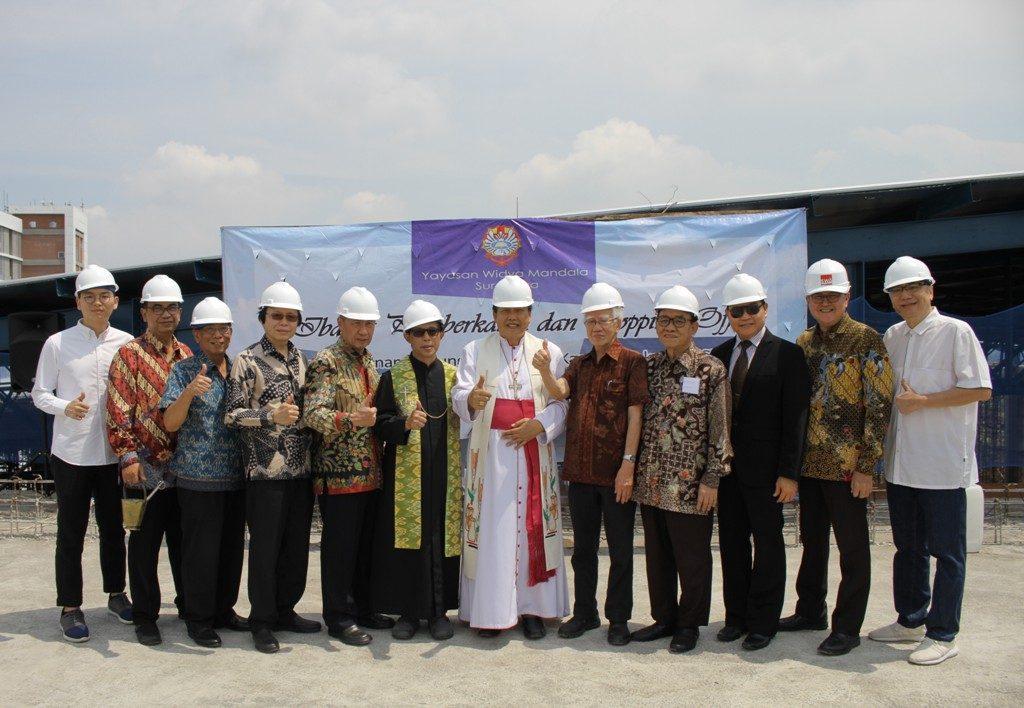 Msgr. V Sutikno Wisaksono (tengah) berfoto bersama jajaran Yayasan Widya Mandala Surabaya, Rektor UKWMS dan Tim Pembangunan