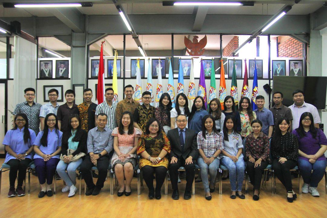 Para-Wisudawan-Berprestasi-berfoto-bersama-usai-acara-Press-Conference-Kamis-5-September-2019_resized
