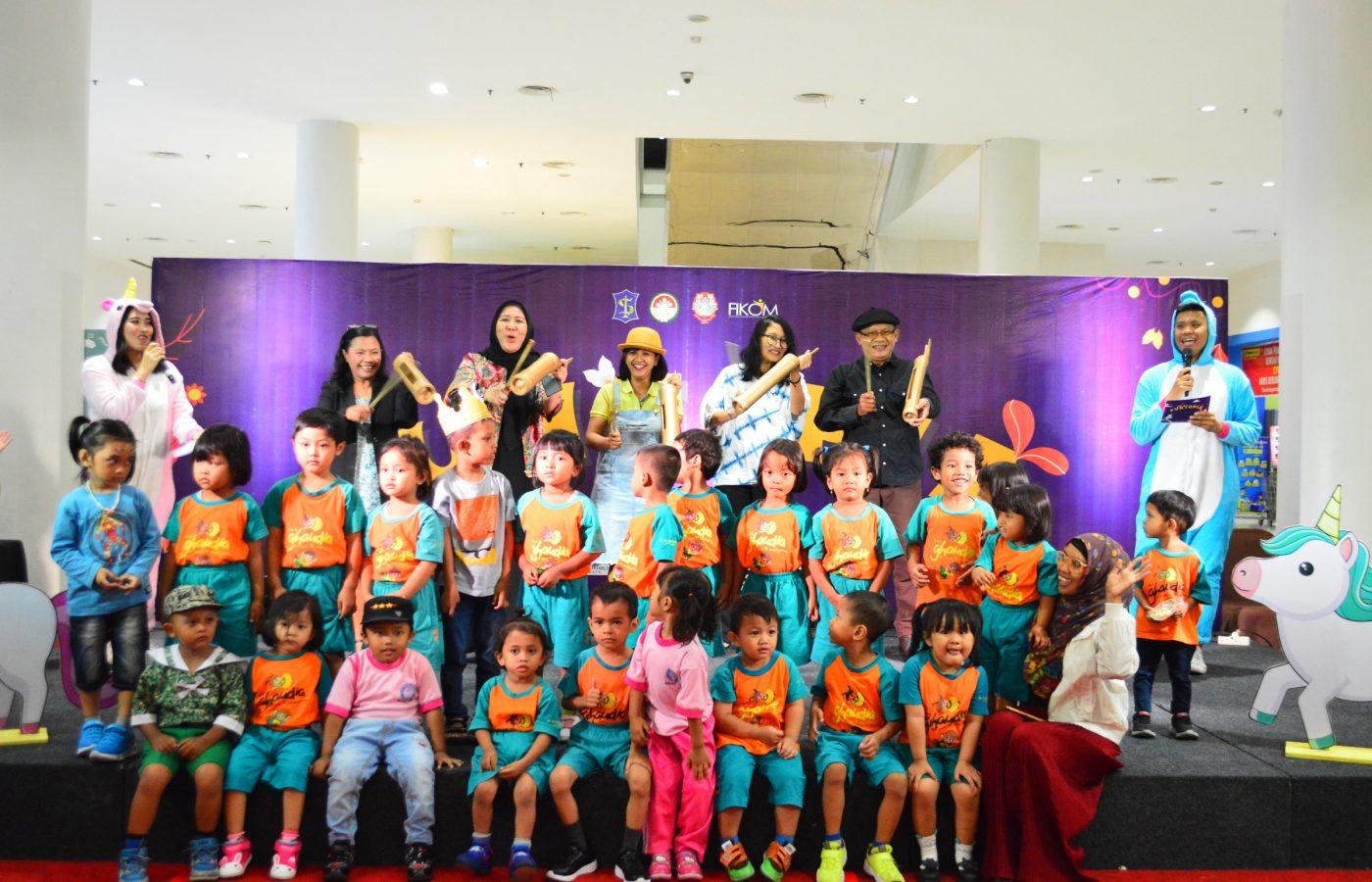 Para dosen UKWMS, perwakilan Kumpul Dongeng Surabaya dan Ketua Darma Wanita Persatuan Kota Surabaya bersama anak-anak PAUD membuka acara Funtopia dengan kentongan.