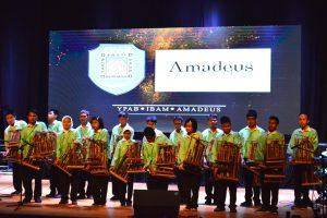 Para siswa dari YPAB menampilkan harmonisasi permainan angklung