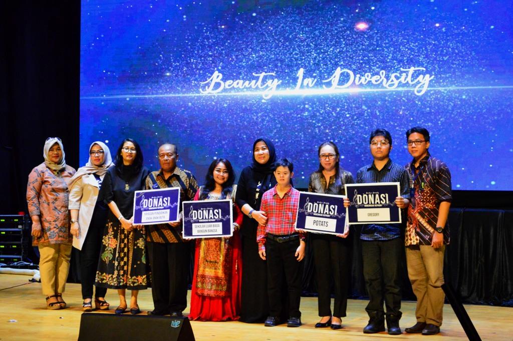 Penyerahan-donasi-oleh-Ketua-DWP-Surabaya-dan-Dekan-Fikom-UKWMS