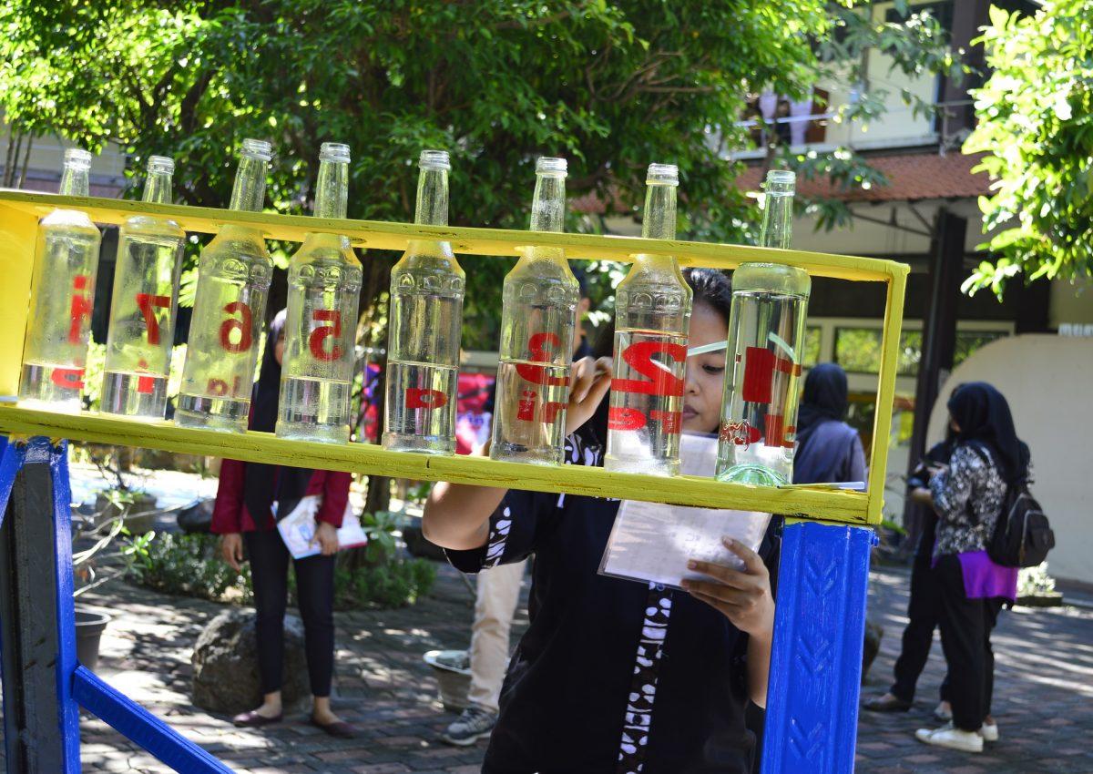 Permainan Nada Botol yang dapat digunakan untuk memainkan lagu tradisional