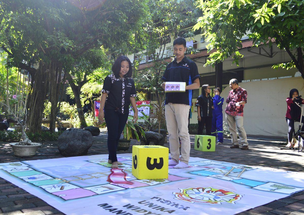 Permainan Slide and Ladder ketika dimainkan oleh mahasiswa Fisika UKWMS