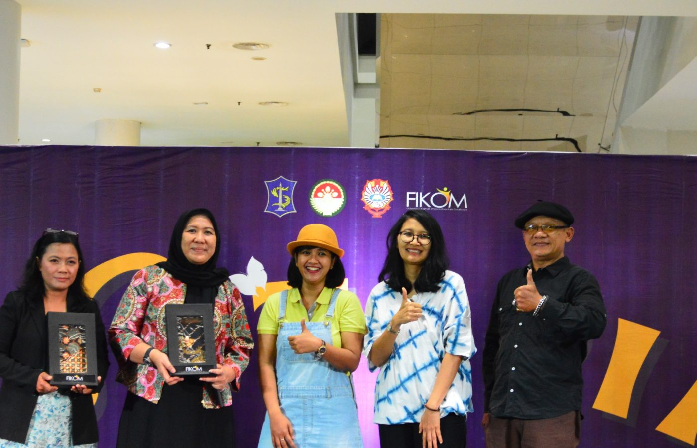 Perwakilan Fikom UKWMS dengan perwakilan Kumpul Dongeng Surabaya dan Ketua Darma Wanita Persatuan Kota Surabaya berfoto bersama usai pemberian cenderamata