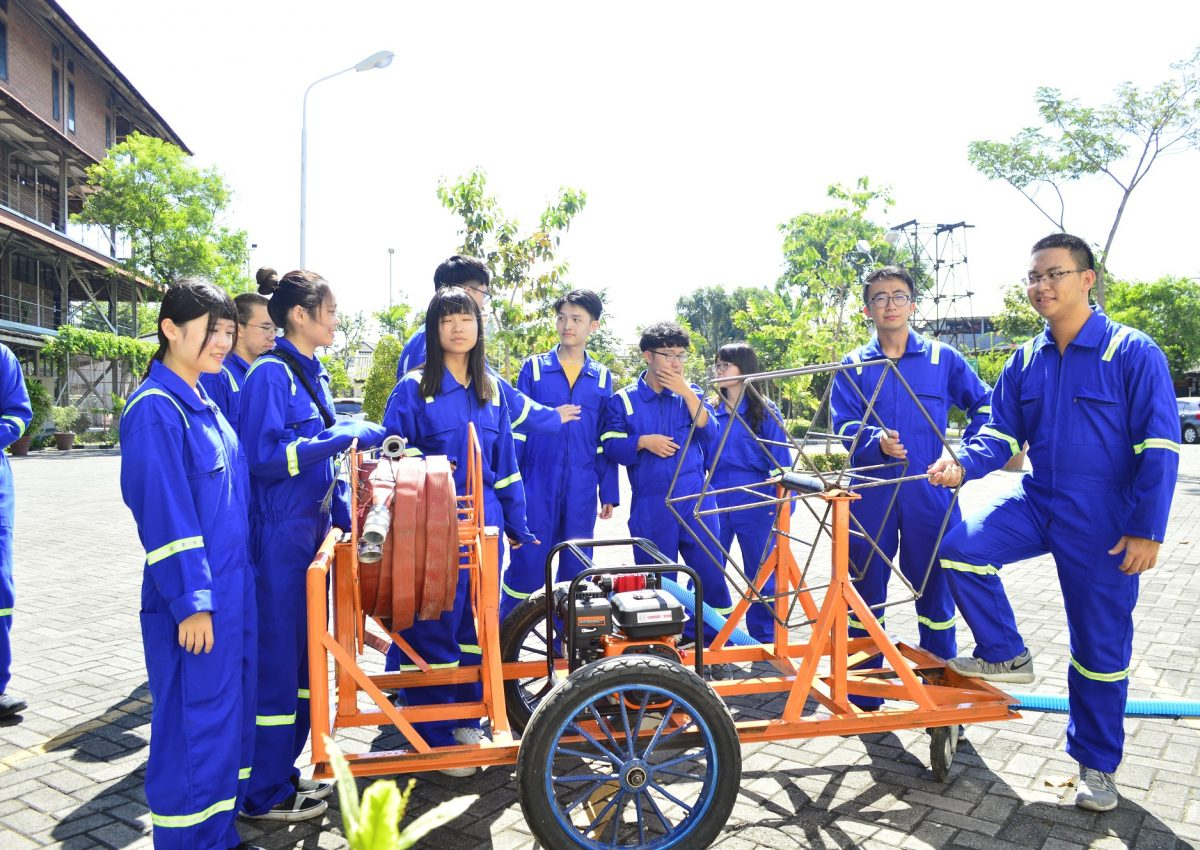 Peserta EIA dari NTUST, Taiwan berfoto dengan alat Big Gun Sprinkle