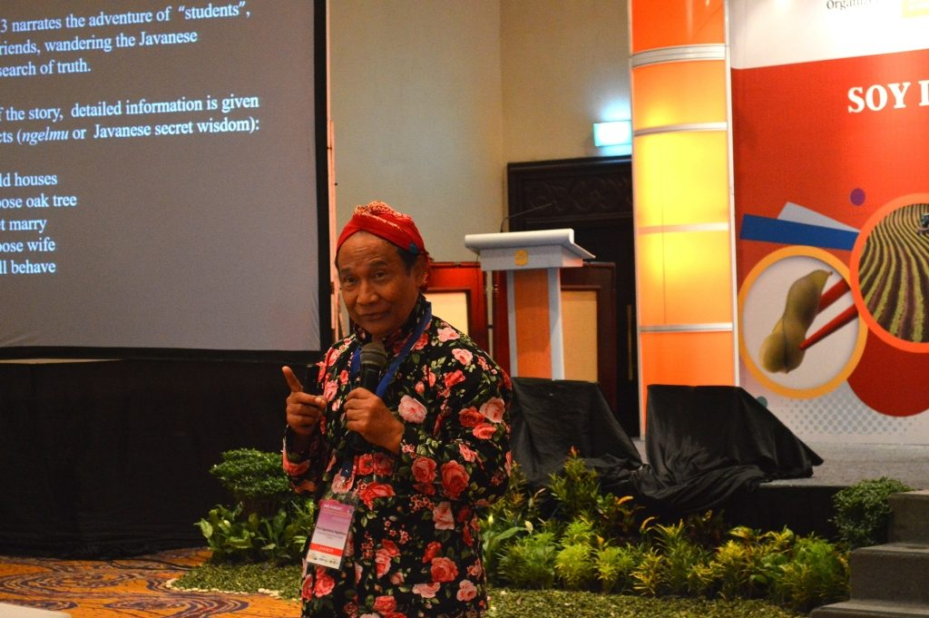 Prof Agustinus Ngadiman sebagai pemateri mengenai tempe dari sudut pandang budaya_rez