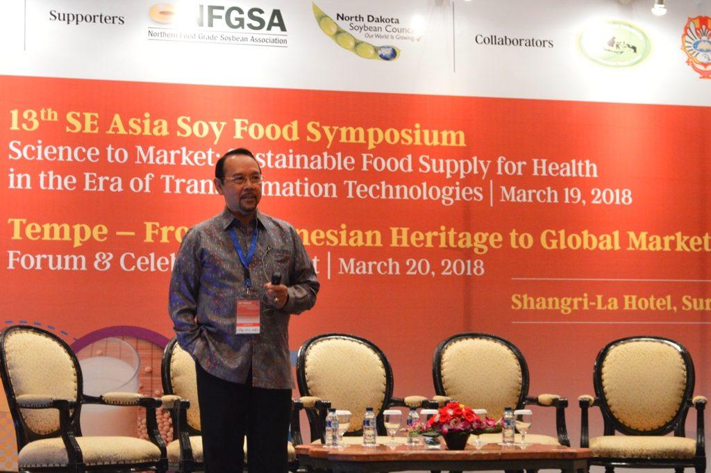 Prof Aman Wirakartakusumah saat menyampaikan materi dalam 13th SE Asia Soy Food Symposium di Shangri-La Surabaya
