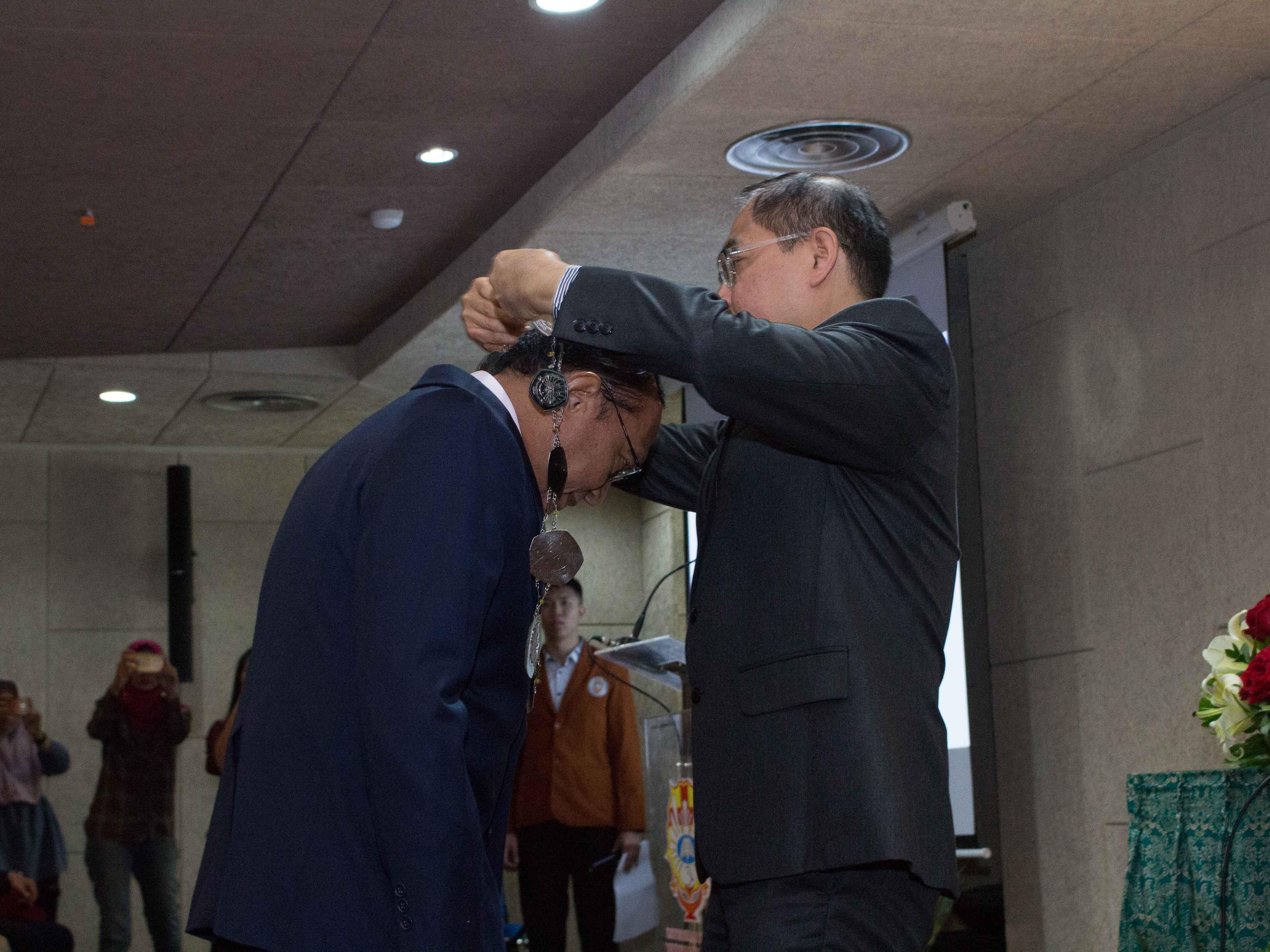 Prosesi-Pengalungan-Gordon-oleh-Kuncoro-Foe-selaku-Rektor-kepada-Prof.-Tahalele-selaku-Dekan-FK-UKWMS-yang-baru-dilantik