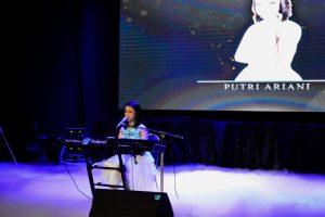 Putri Ariani saat membawakan lagu Cinta Sejati secara solo dalam konser Beauty in Deiversity di Balai Budaya