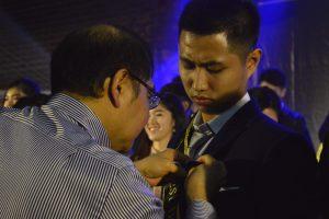 Rektor UKWMS Menyematkan Pin Pada Best Duta WM Putra, Arnett Rezzon