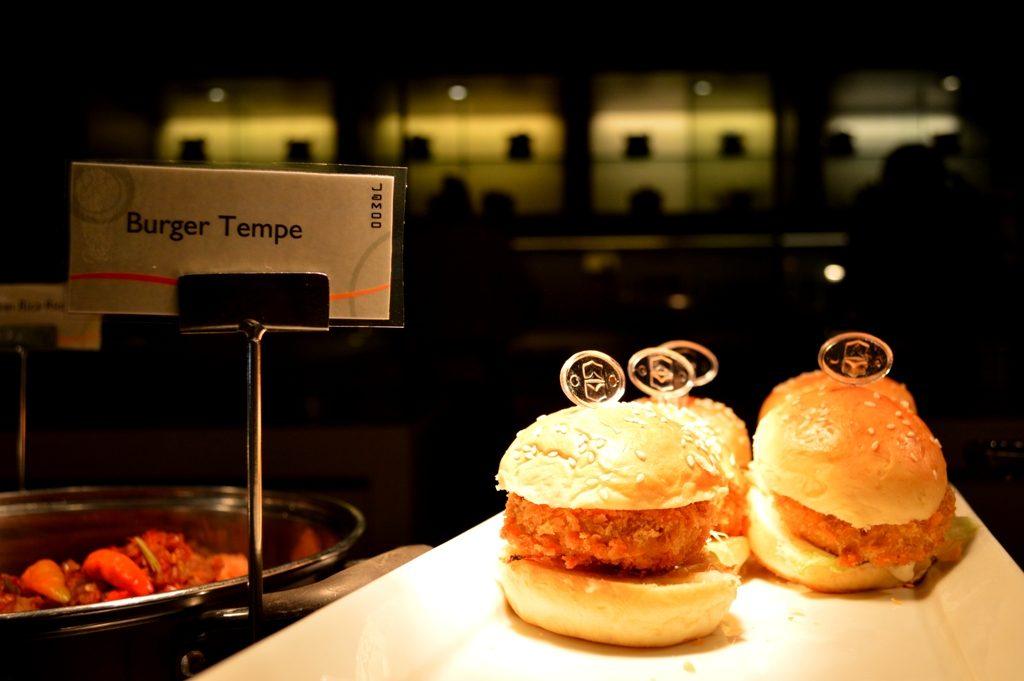 Salah satu makanan hasil olahan berbahan tempe yakni Burger Tempe