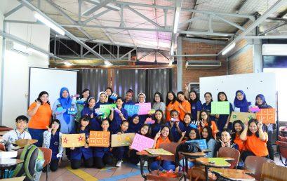 Seluruh peserta wokshop Guru dan RelawanPAUD berfoto bersama karya mereka.