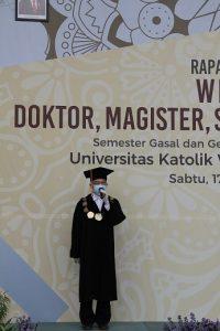 Sambutan oleh Kuncoro Foe Rektor UKWMS membuka acara wisuda pada Sabtu (17/10).