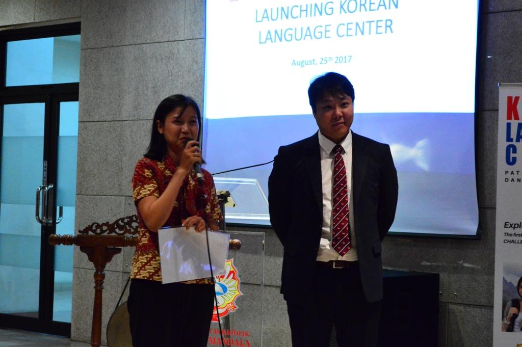 Sesi-tanya-jawab-ditujukan-kepada-Andy-Sunho-Kim-International-Student-Advisor-Dankook-University-berserta-Trianawaty-S.Pd_.-Ketua-LBWMS.