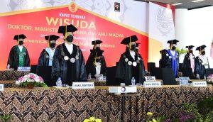Suasana Upacara Wisuda UKWMS Semester Gasal 2020-2021 secara daring di Lobby Auditorium UKWMS Pakuwon City