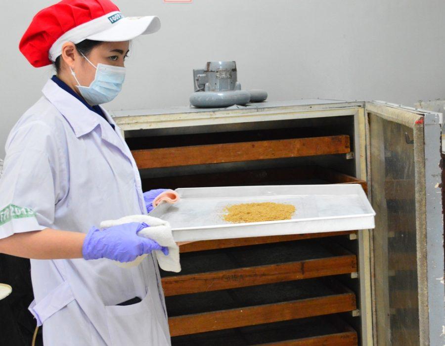 Yashinta Wisnata ketika mengeluarkan tepung ikan tongkol dari oven