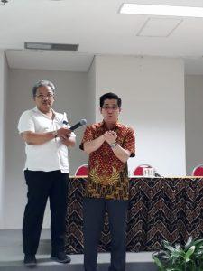 dr. Prettysun (memakai batik merah) memeragakan cara mencuci tangan yang baik dan benar