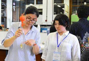 (ki-ka) Mahasiswa UKWMS Karissa bersama mahasiswa Osaka Institute of Techonology Mizuho Koshishiba mengukur viskositas dari minyak jelantah menggunakan Visikometer Ostwald