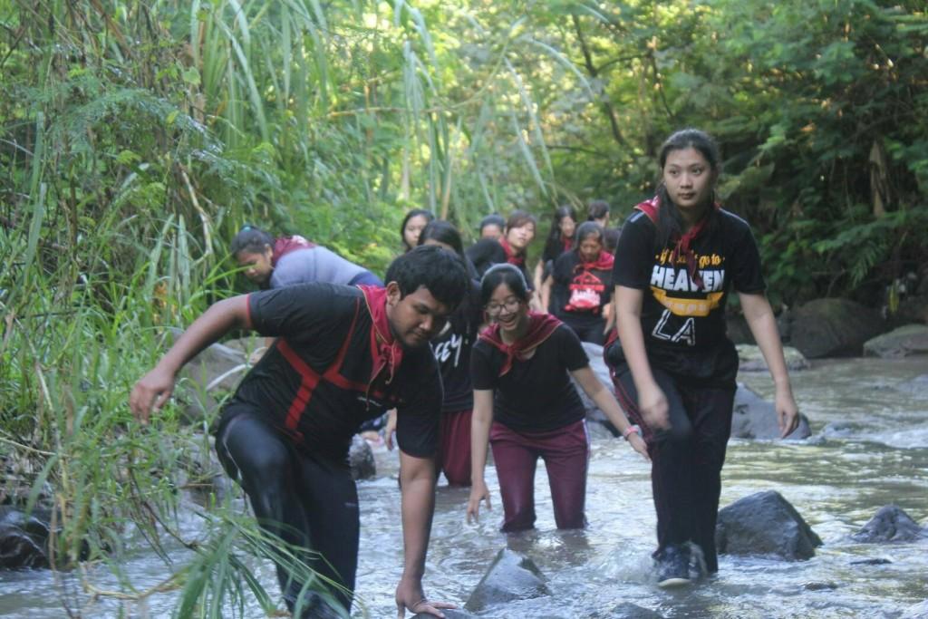 Hati-hati – Para peserta sedang menyuri sungai yang ada di wilayah Majapahit Agro Lestari. Kepemimpinan dan kerjasama sangat diperlukan peserta guna melewati setiap rintangan yang ada, Minggu (17/4)