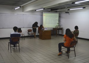 Peserta menjawab secara individu pada babak Bang Bang Bang!