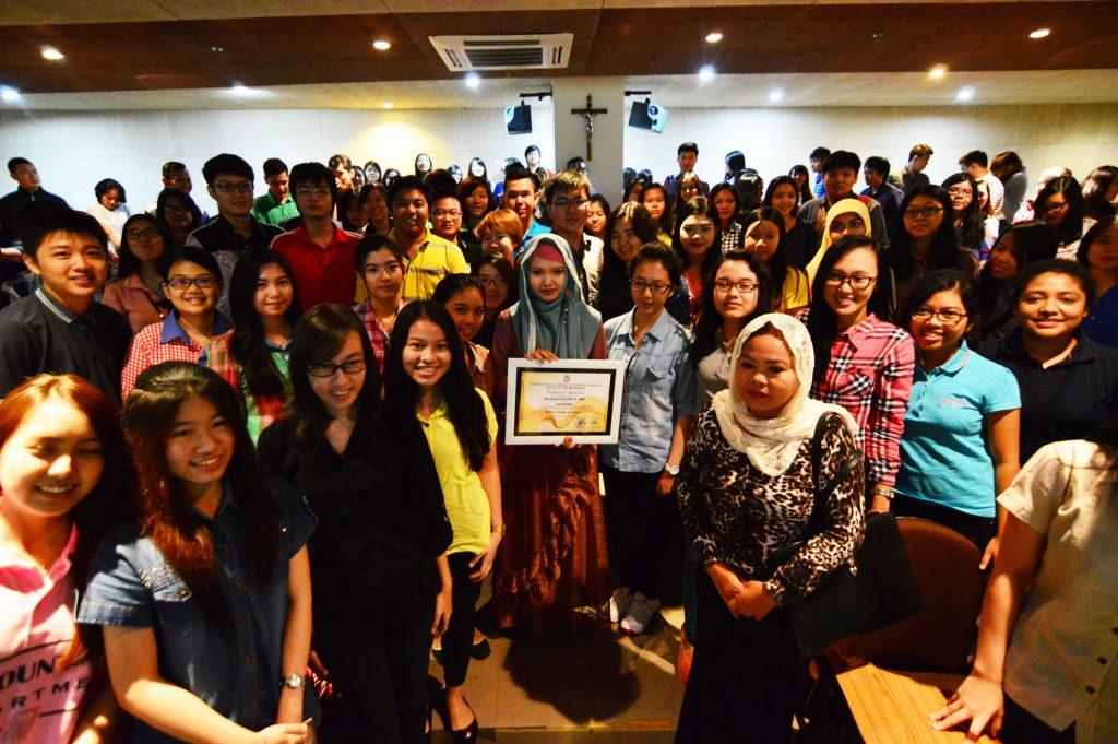 Dian Berfoto bersama mahasiswa peserta talkshow dari FB UKWMS