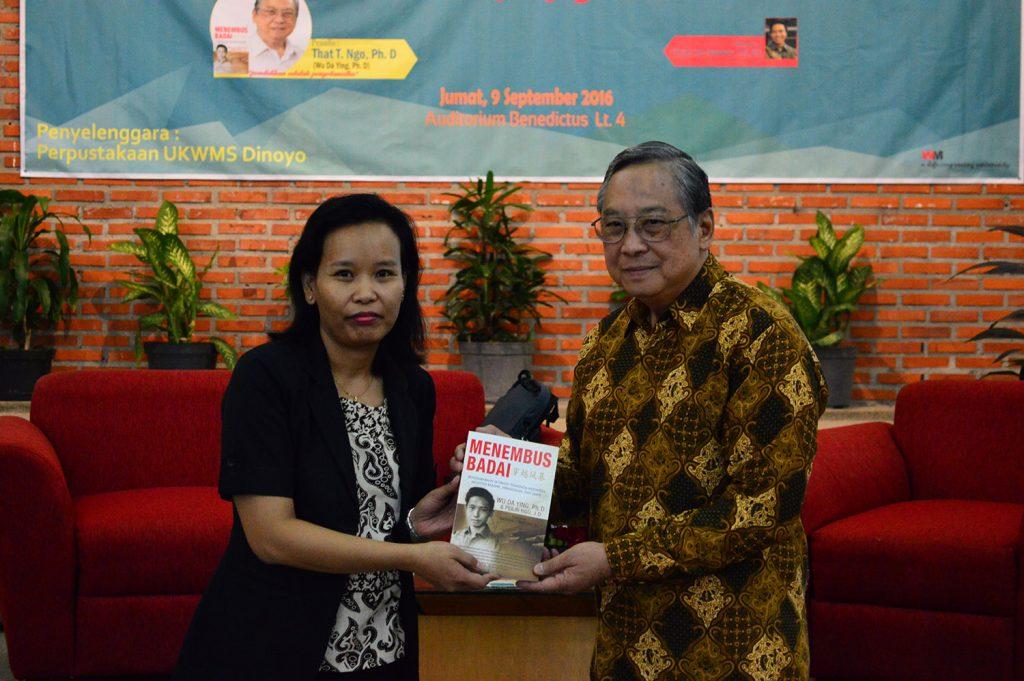 ki-ka_erna-susilawati-selaku-wakil-rektor-ii-ukwms-menerima-buku-menembus-badai-dari-wu-da-ying-ph-d