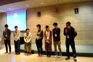Delapan orang mahasiswa OIT memperkenalkan diri kepada teman-teman barunya di UKWMS