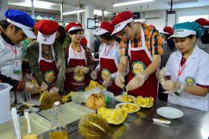 Delegasi NTUST dan OIT sedang praktikum bersama membuat Es Teler dari Nangka dan Durian