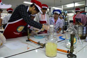 Delegasi mahasiswa OIT Jepang dan NTUST Taiwan praktikum bersama untuk membuat wine dari durian