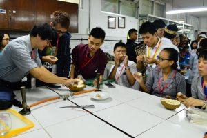 Prof. Ho Jinn Hsuan dan mahasiswa dari OIT Jepang dan NTUST Taiwan mencicipi buah durian