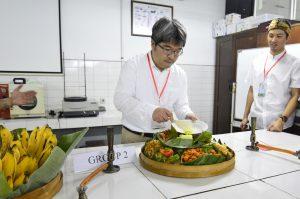 Prof. Masahiro Muraoka mengambil tumpeng nasi kuning
