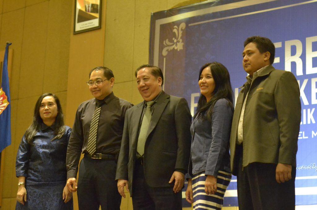 Ki-ka-Diyah Tulipa, Kuncoro Foe, Stefanus Ridwan Suhendra, Veronica dan Yohanes Harimurti selaku moderator, tampak berfoto bersama