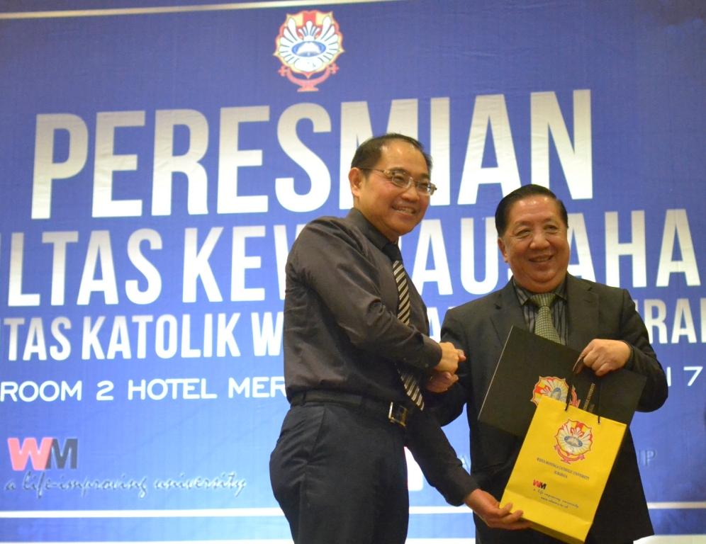 Kuncoro Foe (kiri) menyerahkan cinderamata kepada Stefanus Ridwan Suhendra
