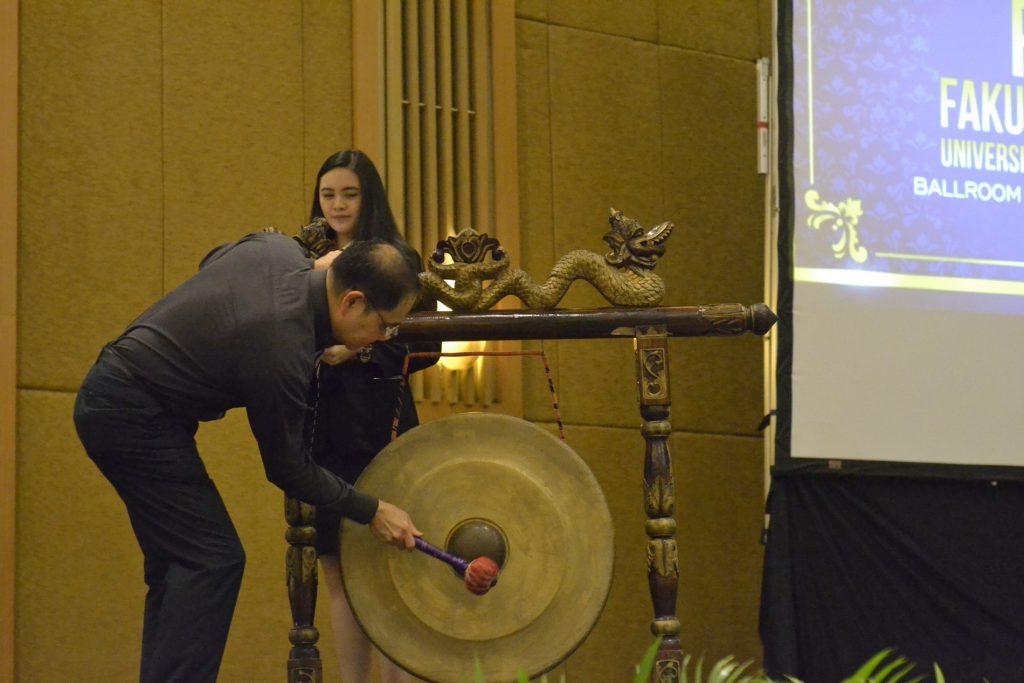 Kuncoro Foe melakukan pemukulan gong sebagai tanda Peresmian Fakultas Kewirausahaan UKWMS