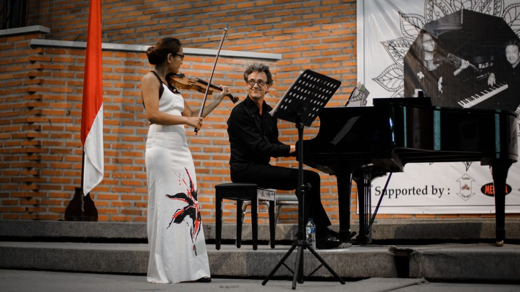 Hartini Van Rijssel dan Mark Lippe menampilkan beberapa lagu musik klasik