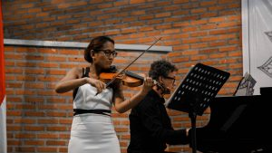 Hartini Van Rijssel dan Mark Lippe serius memainkan sonata gubahan komposer terkenal