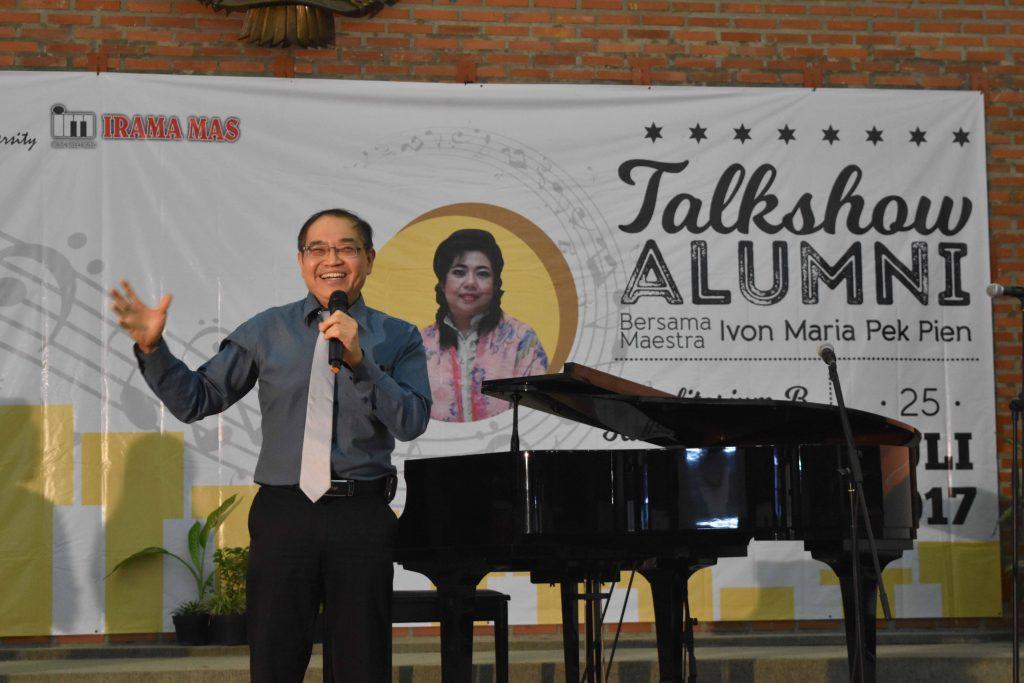 Kuncoro Foe memberikan sambutan sebelum Talkshow Alumni bersama Maestra Ivon Maria Pek Pien dimulai