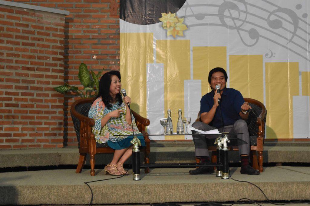 Maestra Ivon Maria Pek Pien (kiri) dan Michael Seno Rahardanto (kanan) saat talkshow alumni berlangsung